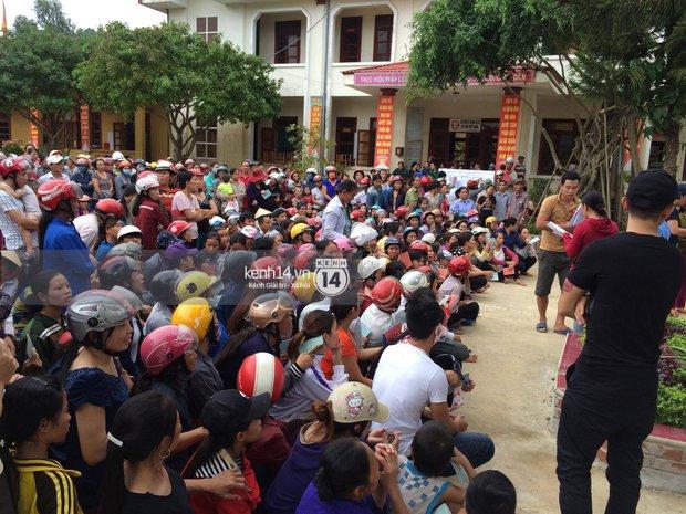 MC Phan Anh đang trao những phần quà đầu tiên: Mọi người thương con thì xếp hàng ngay ngắn vào ạ - Ảnh 10.