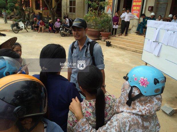 MC Phan Anh đang trao những phần quà đầu tiên: Mọi người thương con thì xếp hàng ngay ngắn vào ạ - Ảnh 9.