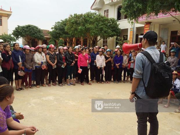 MC Phan Anh đang trao những phần quà đầu tiên: Mọi người thương con thì xếp hàng ngay ngắn vào ạ - Ảnh 7.