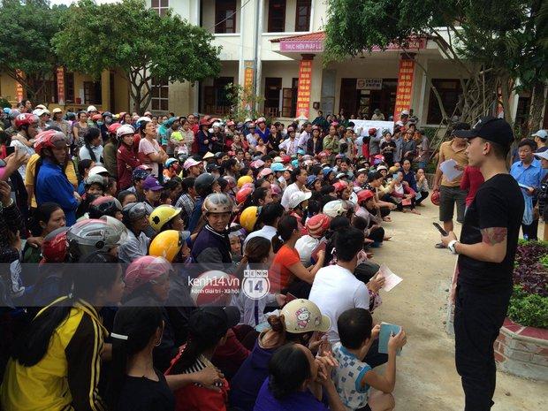 MC Phan Anh đang trao những phần quà đầu tiên: Mọi người thương con thì xếp hàng ngay ngắn vào ạ - Ảnh 11.