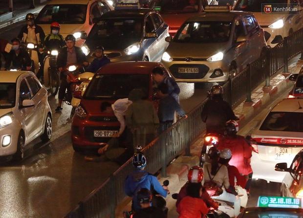 Hà Nội: Tắc đường nghiêm trọng nhiều giờ đồng hồ ở tuyến đường Tây Sơn - Chùa Bộc - Ảnh 14.