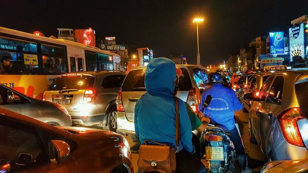 Hà Nội: Tắc đường nghiêm trọng nhiều giờ đồng hồ ở tuyến đường Tây Sơn - Chùa Bộc - Ảnh 5.
