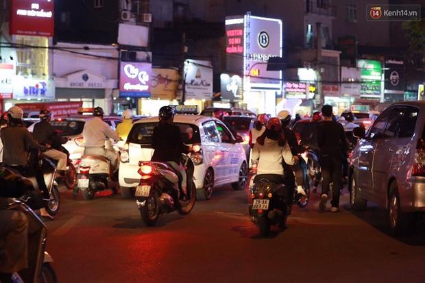 Hà Nội: Tắc đường nghiêm trọng nhiều giờ đồng hồ ở tuyến đường Tây Sơn - Chùa Bộc - Ảnh 9.