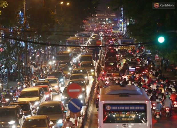 Hà Nội: Tắc đường nghiêm trọng nhiều giờ đồng hồ ở tuyến đường Tây Sơn - Chùa Bộc - Ảnh 2.