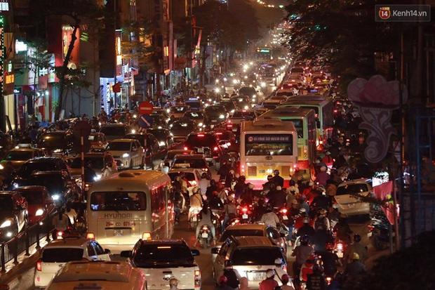 Hà Nội: Tắc đường nghiêm trọng nhiều giờ đồng hồ ở tuyến đường Tây Sơn - Chùa Bộc - Ảnh 12.