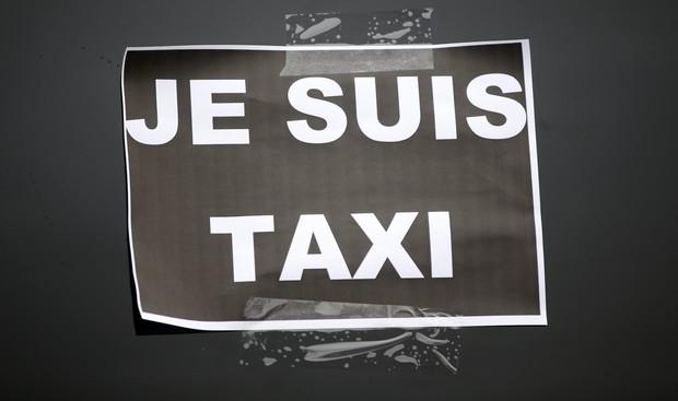 Tài xế taxi tổ chức bạo loạn khắp thủ đô Paris phản đối Uber - Ảnh 7.