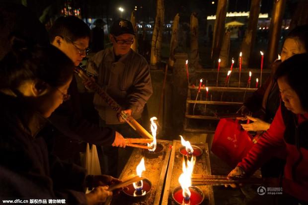 Người dân Trung Quốc chen chúc lên chùa cầu may dịp đầu năm mới - Ảnh 18.