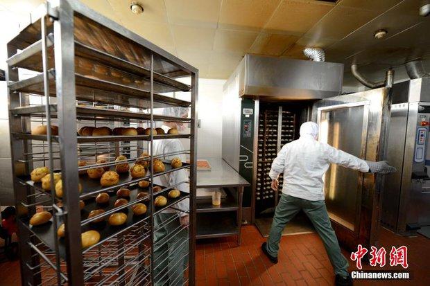 Chùm ảnh: Mục sở thị quy trình chuẩn bị thức ăn hàng không cực kỳ khoa học và nghiêm ngặt - Ảnh 6.