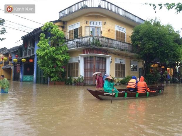 Hội An ngập trong nước lũ, dịch vụ chèo thuyền ngắm phố cổ hút khách - Ảnh 12.