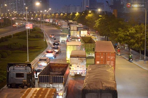 Chùm ảnh: Người dân ùn ùn đổ về quê nghỉ lễ, đường phố Hà Nội tắc nghẽn kéo dài - Ảnh 8.