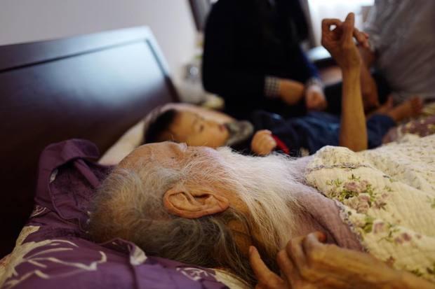 Con gái GS Văn Như Cương xuống tóc, cảm tạ vì bố qua cơn ốm nặng - Ảnh 2.