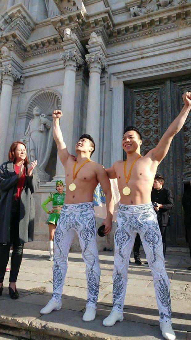 2 nghệ sĩ xiếc Việt Nam phá kỷ lục thế giới về giữ thăng bằng trên đầu và đi hết 90 bậc thang - Ảnh 1.