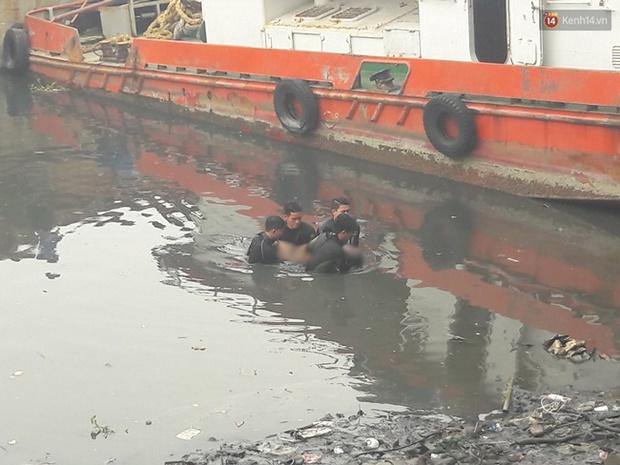 Nam thanh niên ở Sài Gòn tử vong khi lặn tìm điện thoại dưới Kênh Tẻ - Ảnh 1.