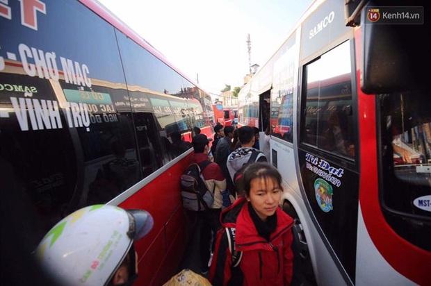 Hà Nội: Bến xe chật cứng người về quê nghỉ Tết dương lịch sau buổi làm việc cuối cùng - Ảnh 5.