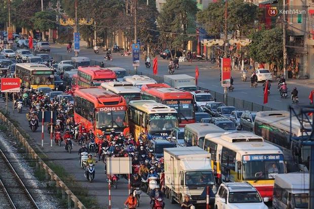Chùm ảnh: Người dân ùn ùn đổ về quê nghỉ lễ, đường phố Hà Nội tắc nghẽn kéo dài - Ảnh 4.