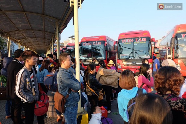 Hà Nội: Bến xe chật cứng người về quê nghỉ Tết dương lịch sau buổi làm việc cuối cùng - Ảnh 6.