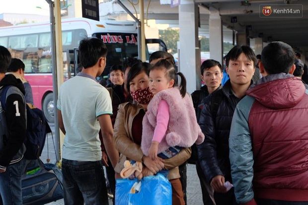 Hà Nội: Bến xe chật cứng người về quê nghỉ Tết dương lịch sau buổi làm việc cuối cùng - Ảnh 8.