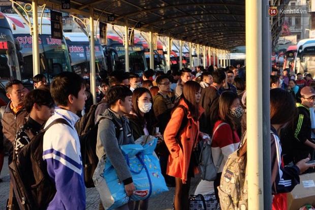 Hà Nội: Bến xe chật cứng người về quê nghỉ Tết dương lịch sau buổi làm việc cuối cùng - Ảnh 7.