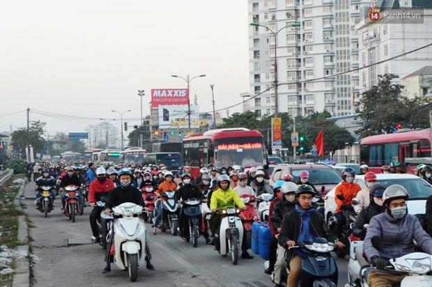 Chùm ảnh: Người dân ùn ùn đổ về quê nghỉ lễ, đường phố Hà Nội tắc nghẽn kéo dài - Ảnh 2.