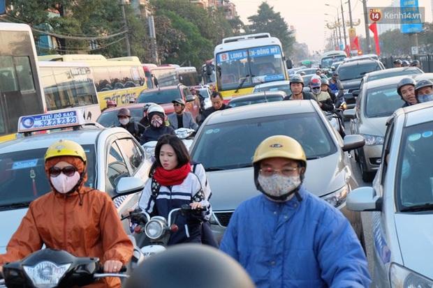 Chùm ảnh: Người dân ùn ùn đổ về quê nghỉ lễ, đường phố Hà Nội tắc nghẽn kéo dài - Ảnh 1.