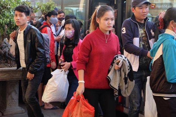 Hà Nội: Bến xe chật cứng người về quê nghỉ Tết dương lịch sau buổi làm việc cuối cùng - Ảnh 9.