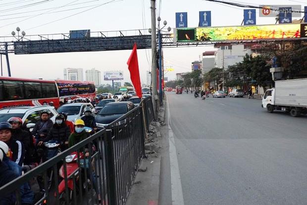Chùm ảnh: Người dân ùn ùn đổ về quê nghỉ lễ, đường phố Hà Nội tắc nghẽn kéo dài - Ảnh 3.