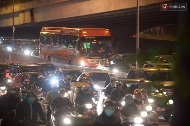 Chùm ảnh: Người dân ùn ùn đổ về quê nghỉ lễ, đường phố Hà Nội tắc nghẽn kéo dài - Ảnh 10.