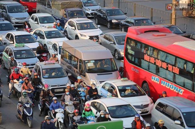 Chùm ảnh: Người dân ùn ùn đổ về quê nghỉ lễ, đường phố Hà Nội tắc nghẽn kéo dài - Ảnh 5.