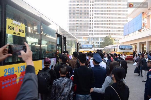 Hà Nội: Bến xe chật cứng người về quê nghỉ Tết dương lịch sau buổi làm việc cuối cùng - Ảnh 3.