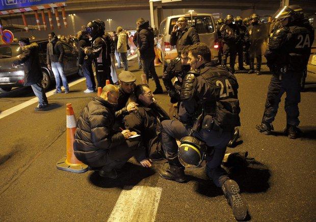 Tài xế taxi tổ chức bạo loạn khắp thủ đô Paris phản đối Uber - Ảnh 8.