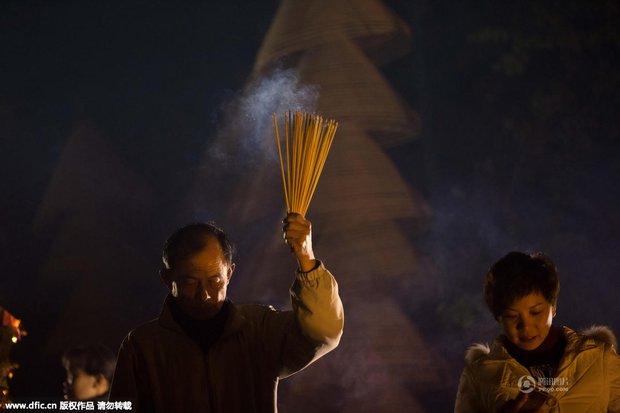 Người dân Trung Quốc chen chúc lên chùa cầu may dịp đầu năm mới - Ảnh 19.