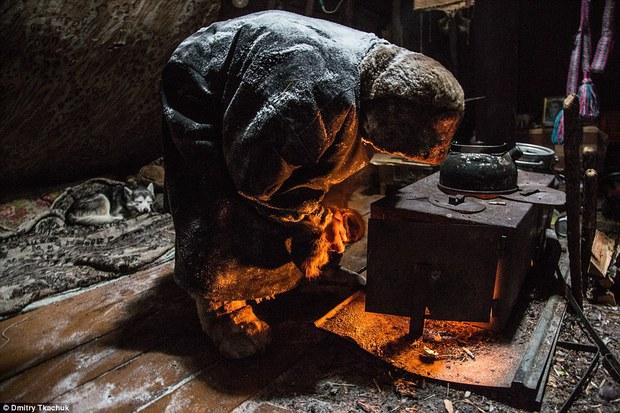 Chùm ảnh tuyệt đẹp về bộ tộc chuyên ăn thịt sống, uống máu tuần lộc - Ảnh 16.