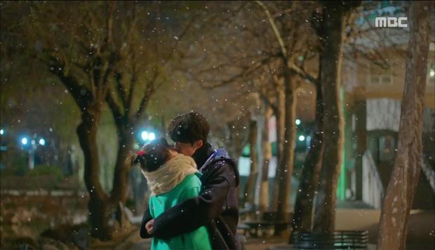 Đêm Giáng Sinh, cùng ngắm 10 nụ hôn của màn ảnh Hàn năm 2016 từng khiến bạn rung rinh - Ảnh 24.