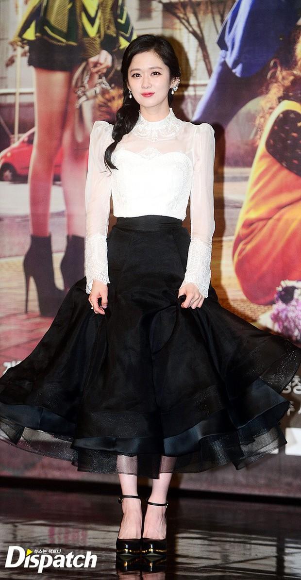 Jang Na Ra đẹp như nữ thần, nắm chặt tay người yêu Soo Young (SNSD) trong sự kiện - Ảnh 1.