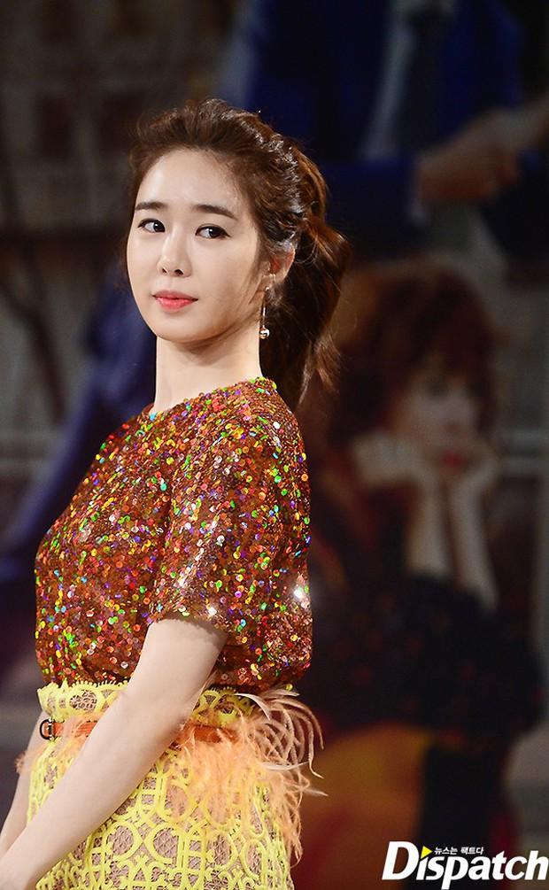 Jang Na Ra đẹp như nữ thần, nắm chặt tay người yêu Soo Young (SNSD) trong sự kiện - Ảnh 10.