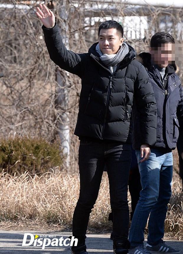 Chàng rể quốc dân Lee Seung Gi tiếp bước loạt thần tượng nhập ngũ muộn của Kpop - Ảnh 1.