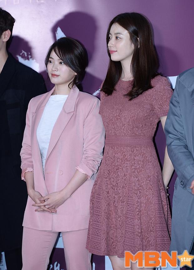 Han Hyo Joo, Park Shin Hye đọ sắc quyến rũ, Phó Sĩ quan Jin Goo lịch lãm tại sự kiện - Ảnh 2.