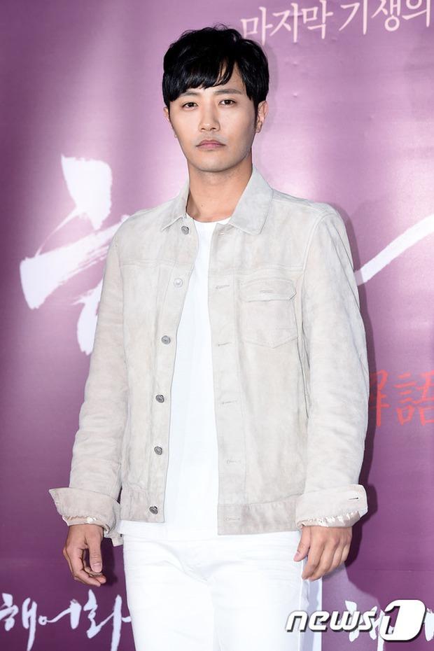Han Hyo Joo, Park Shin Hye đọ sắc quyến rũ, Phó Sĩ quan Jin Goo lịch lãm tại sự kiện - Ảnh 14.