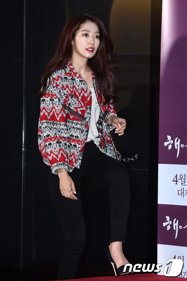 Han Hyo Joo, Park Shin Hye đọ sắc quyến rũ, Phó Sĩ quan Jin Goo lịch lãm tại sự kiện - Ảnh 9.