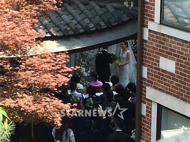 Vợ tài tử Jang Dong Gun đến dự đám cưới nữ diễn viên Chuyện tình Paris cùng con trai tài phiệt - Ảnh 3.