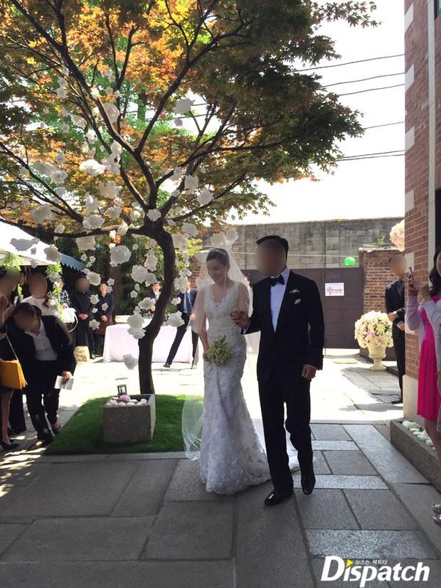 Vợ tài tử Jang Dong Gun đến dự đám cưới nữ diễn viên Chuyện tình Paris cùng con trai tài phiệt - Ảnh 4.