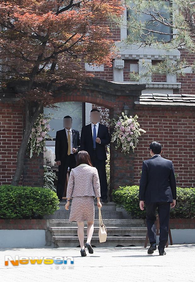 Vợ tài tử Jang Dong Gun đến dự đám cưới nữ diễn viên Chuyện tình Paris cùng con trai tài phiệt - Ảnh 1.