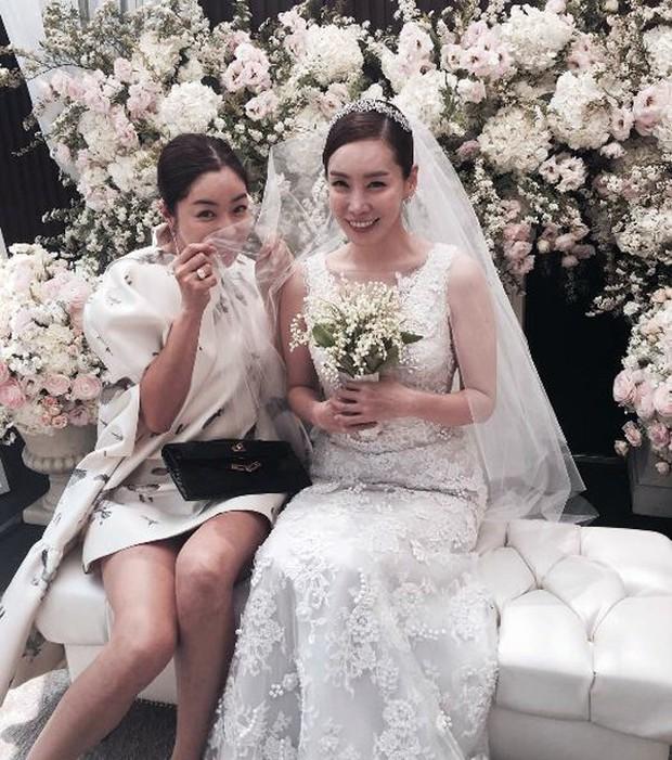 Vợ tài tử Jang Dong Gun đến dự đám cưới nữ diễn viên Chuyện tình Paris cùng con trai tài phiệt - Ảnh 9.