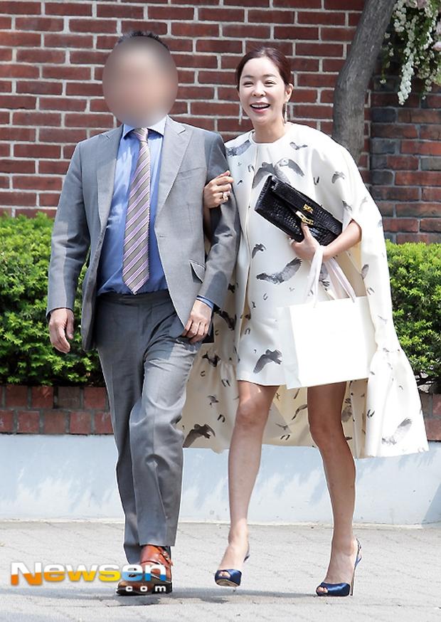Vợ tài tử Jang Dong Gun đến dự đám cưới nữ diễn viên Chuyện tình Paris cùng con trai tài phiệt - Ảnh 20.