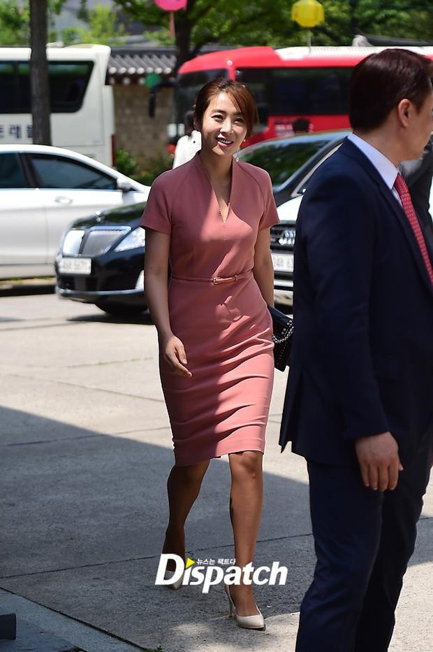 Vợ tài tử Jang Dong Gun đến dự đám cưới nữ diễn viên Chuyện tình Paris cùng con trai tài phiệt - Ảnh 15.