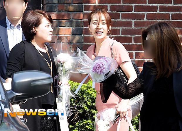 Vợ tài tử Jang Dong Gun đến dự đám cưới nữ diễn viên Chuyện tình Paris cùng con trai tài phiệt - Ảnh 16.