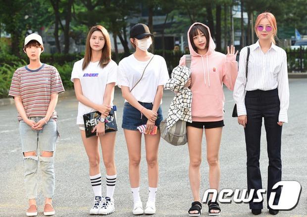 Tiffany (SNSD) cùng Hani (EXID) khoe chân nuột nà trắng ngần trước thềm Music Bank - Ảnh 10.