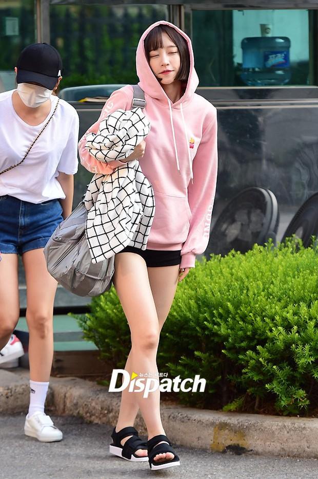 Tiffany (SNSD) cùng Hani (EXID) khoe chân nuột nà trắng ngần trước thềm Music Bank - Ảnh 5.