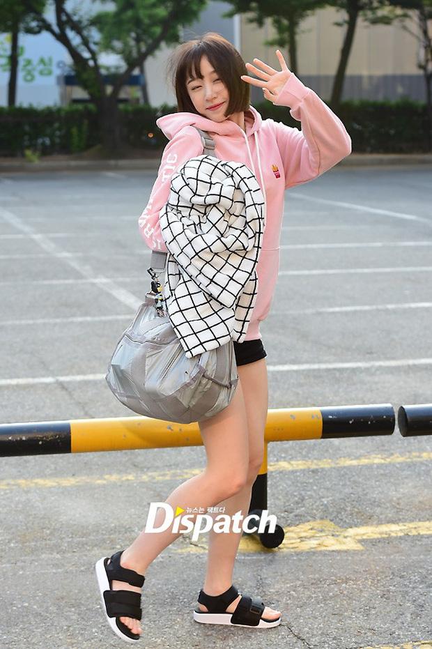 Tiffany (SNSD) cùng Hani (EXID) khoe chân nuột nà trắng ngần trước thềm Music Bank - Ảnh 6.