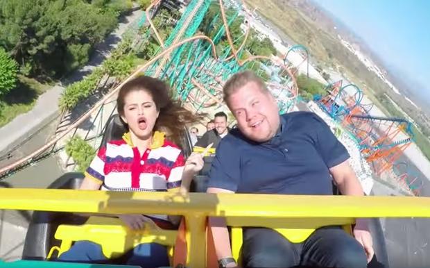 Selena Gomez vừa ngồi tàu lượn siêu tốc vừa... hát - Ảnh 1.